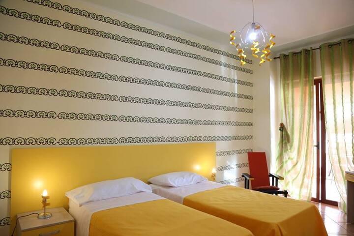 Villa Manno B&B Camera  matrimon./tripla  Anturium - Barcellona pozzo di Gotto - Bed & Breakfast