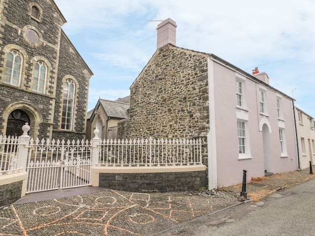 WATER STREET, country holiday cottage in Aberaeron, Ref 965098
