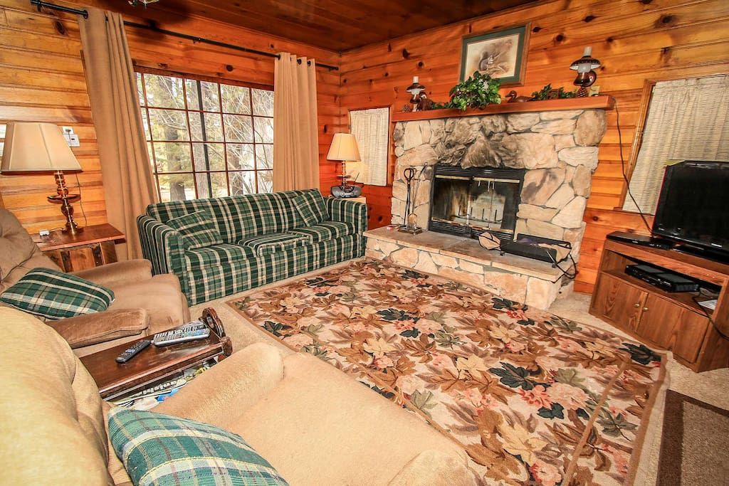 Couch,Furniture,Fireplace,Hearth,Carpet