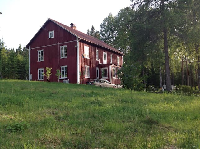 Large red house in naturenvironment - Säffle NV - บ้าน