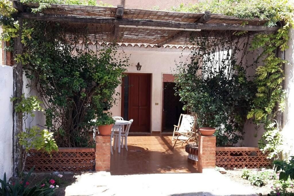 Bellissima e confortevole veranda..ottima per rilassarsi e consumare pasti