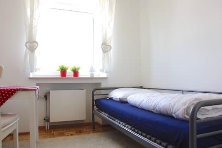 kleines, gemütliches Einzelzimmer - Neuenstadt am Kocher - Wohnung