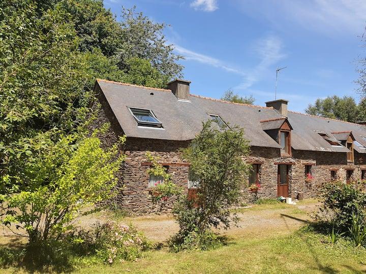 Maison de campagne sur grand terrain boisé