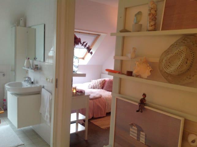 Knusse kamer gelegen naast badkamer - Diever