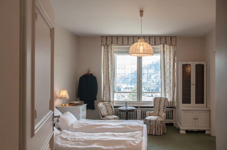 Doppelzimmer mit Blick auf die Schattenburg