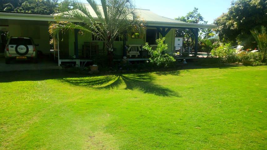 La maison verte à còté d'un beau lagon bleu