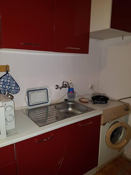 Cozinha Equipada com fogão máquina de lavar roupa ,frigorífico, micro-ondas