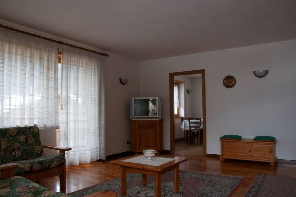 Zona giorno con divani e TV