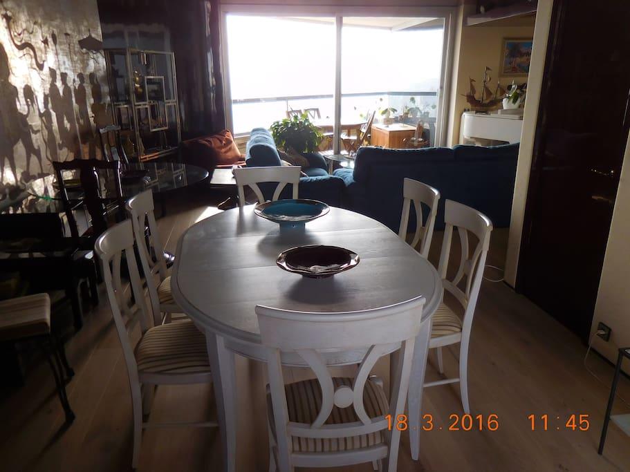"""La salle-à-manger, vue sur le quartier d'affaires de """"La Défense"""""""