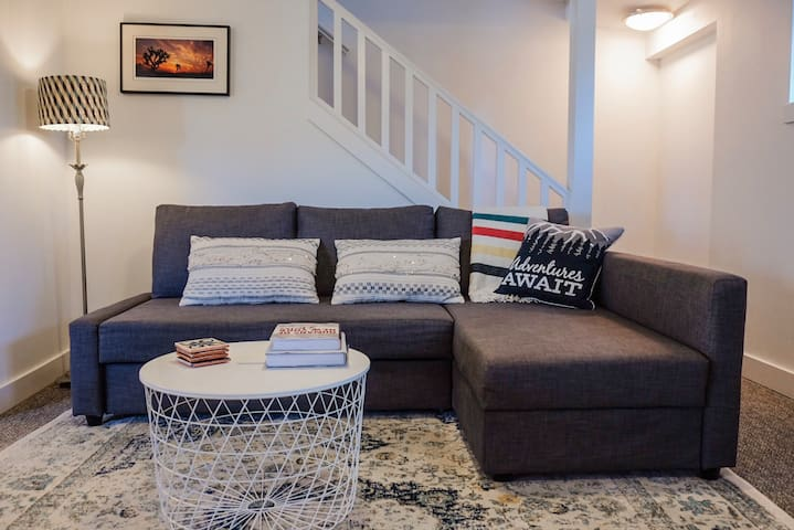 Cozy Queen Anne Apartment for 4 with parking!
