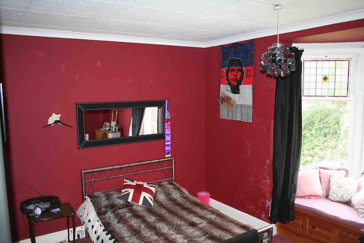 Large double bedroom near Barnsley Hospital.