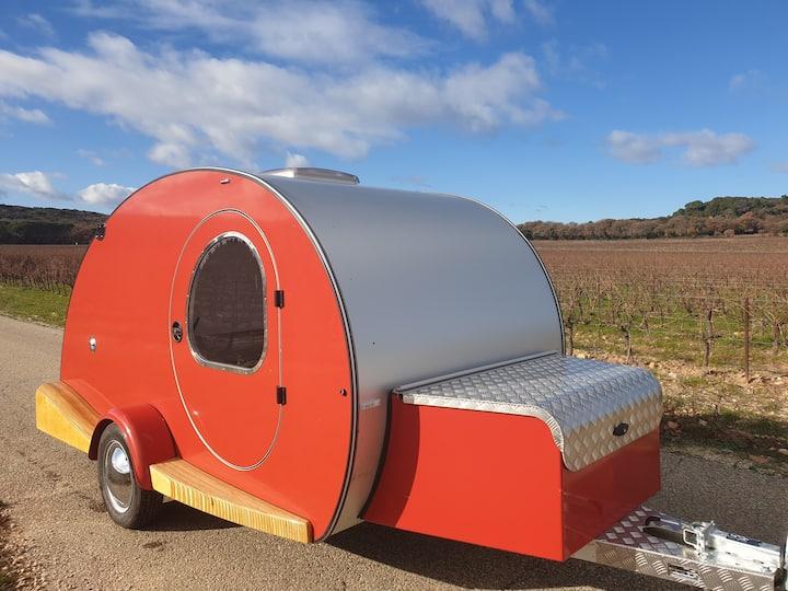 Caravane vintage prête à vous suivre en road-trip!
