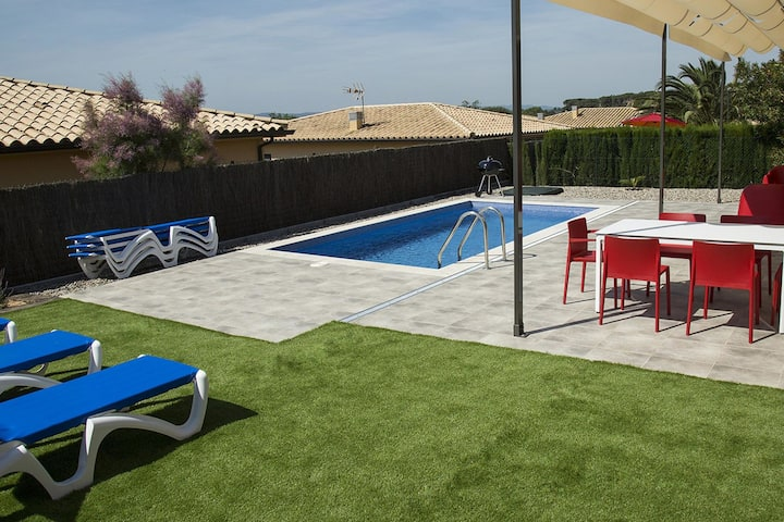 Exclusive villa for 7 in l 'Estartit with private pool in a residential area.
