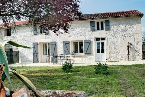 Maison charentaise dans propriété viticole