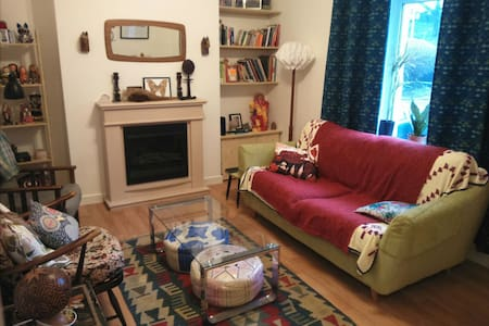 Cosy room in homely house. - Newport - Casa