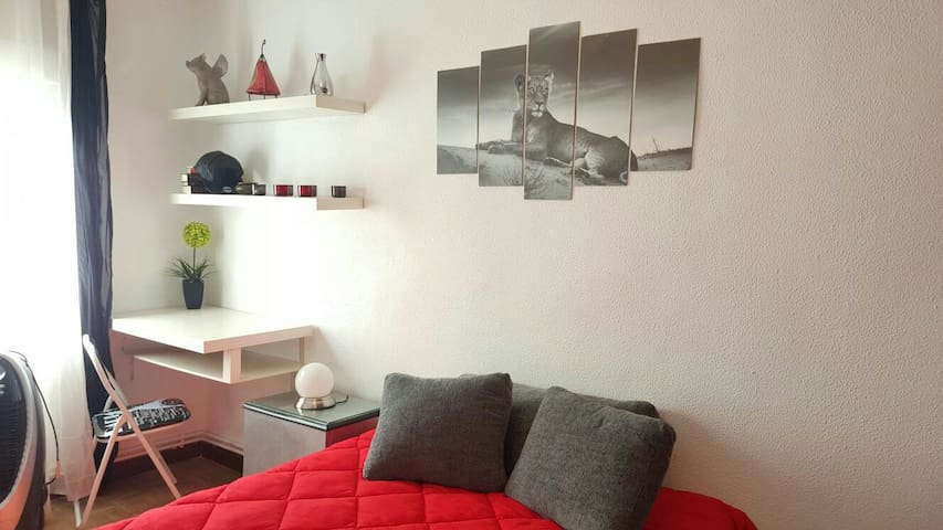 Beautiful room El Retiro - Madrid - Apartamento