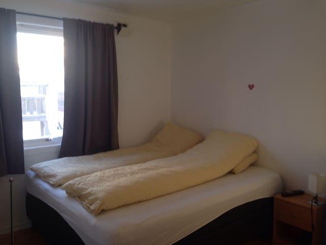 Hovedsoverom med stor seng 180*200 cm. Main bedroom with king size bed 180*200 cm.