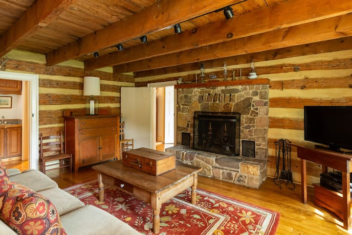 Rustic log cabin in Warm Springs within walking distance of The Gristmill Inn