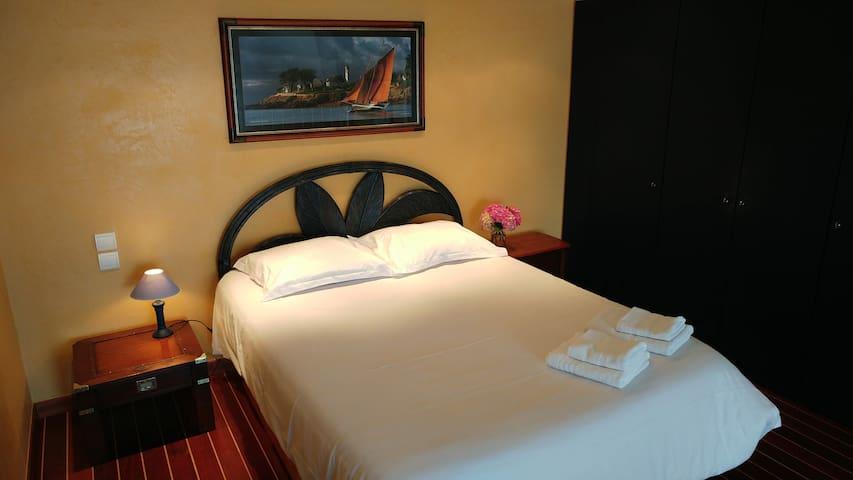 Chambre en mezzanine avec lit double et placard