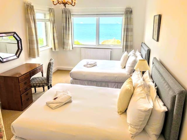 Bedroom 5 with sea view