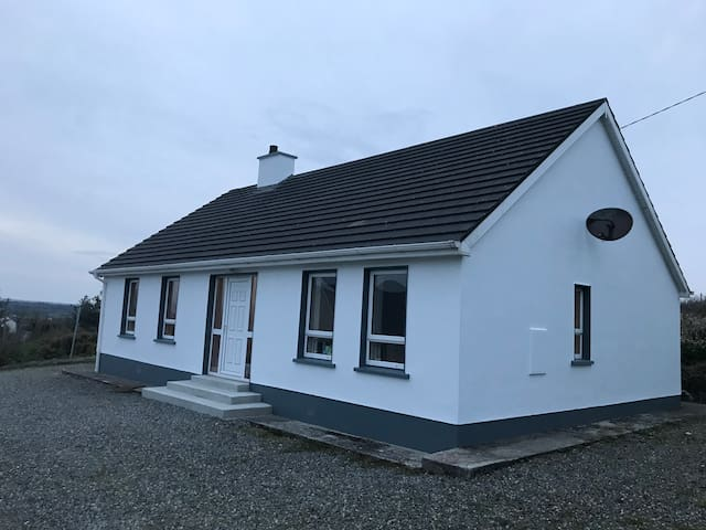 Falcarragh Refurbished bungalow with mountain view