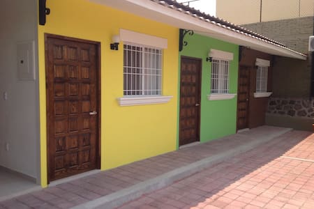 HOSTAL DE COLORES (amarillo)