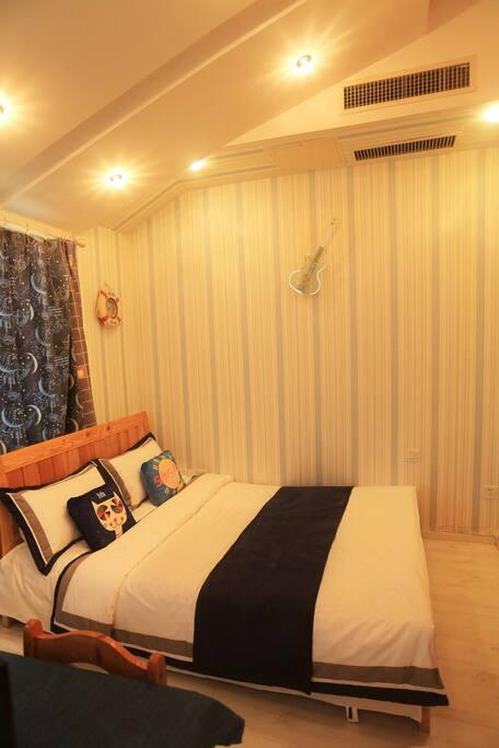 四楼卧室'一米五床'中央空调,除湿机,电视,衣柜