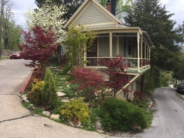 Rosanna Cottage, Historic Loop, Walk Downtown, Spa Tub, King Bed, Great Porch
