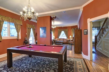 Governor's Mansion - downtown beautiful space, sauna, pool table, pets welcome!