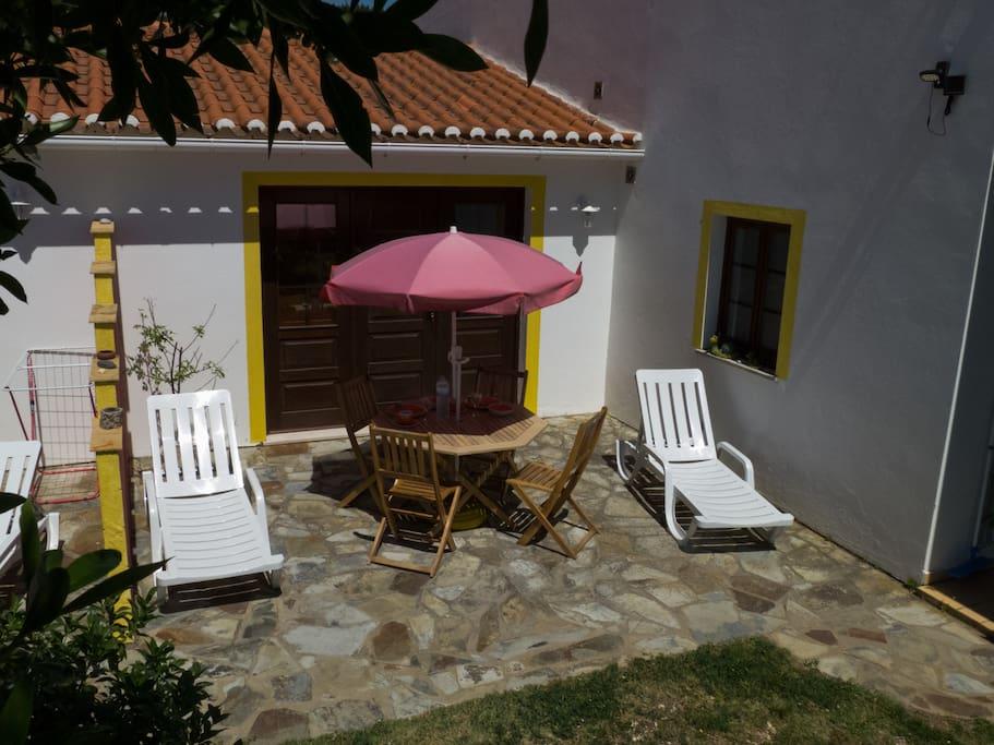 Die große Terrasse ist mit Sonnenschirm und Gartenmöbeln ausgestattet - The big Terrace is equipped with an umbrella and garden furniture