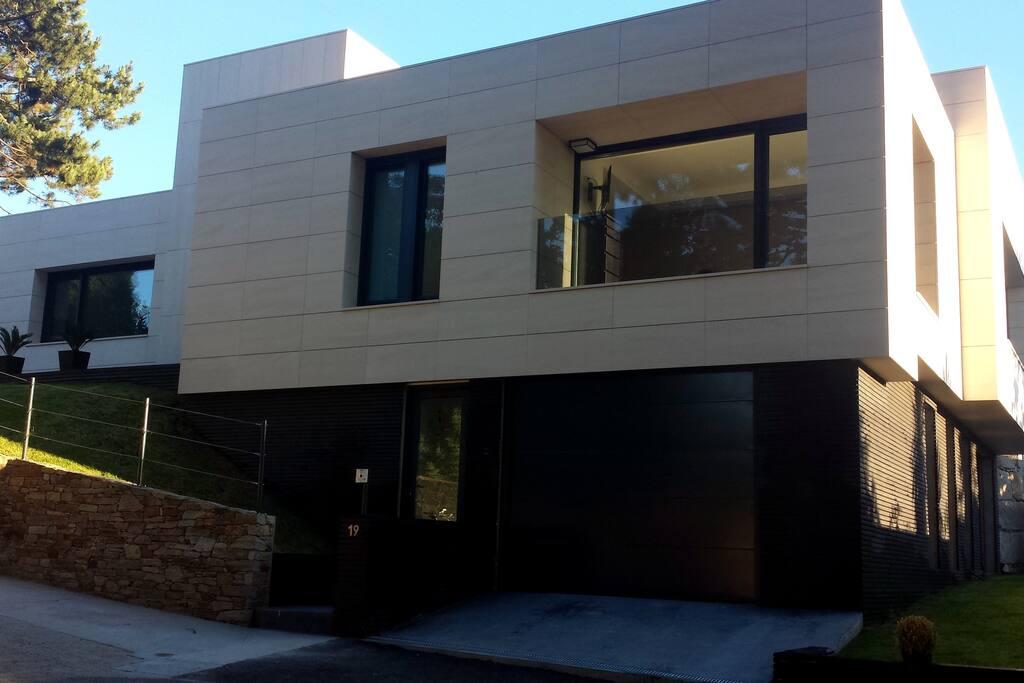 Exclusiva casa de dise o en zona de playas chalets en for Casas de diseno galicia