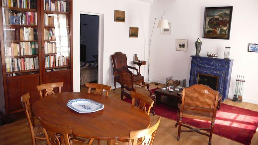 Le salon / salle à manger, avec cheminée opérationnelle