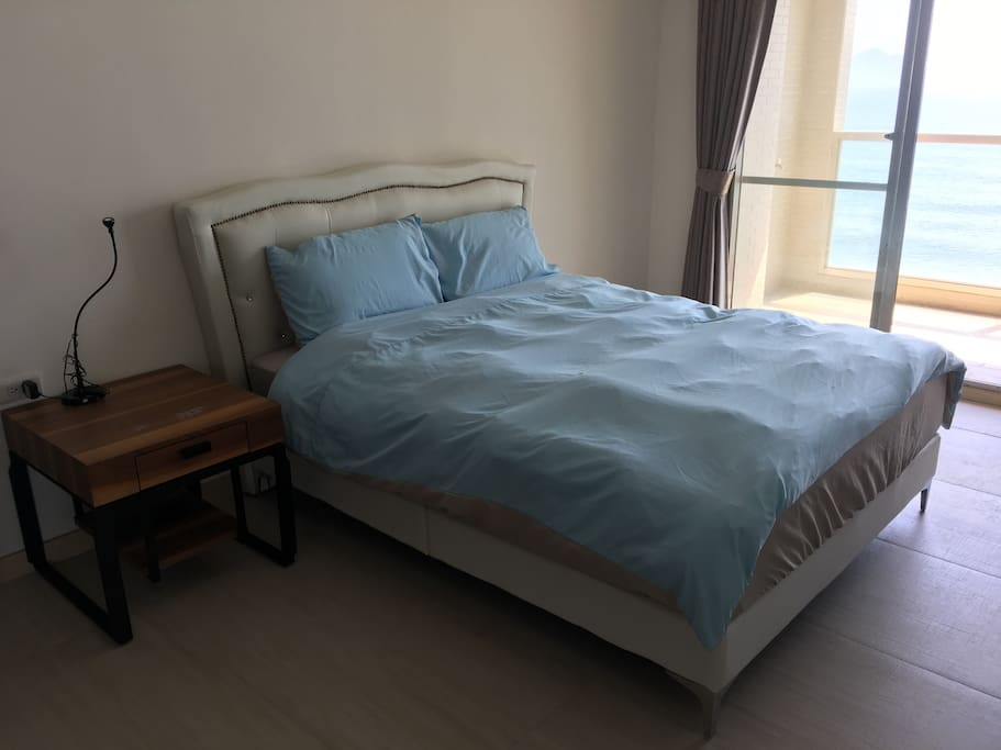 舒適雙人床與寬敞空間 Spacious Room with Comfortable Double Bed