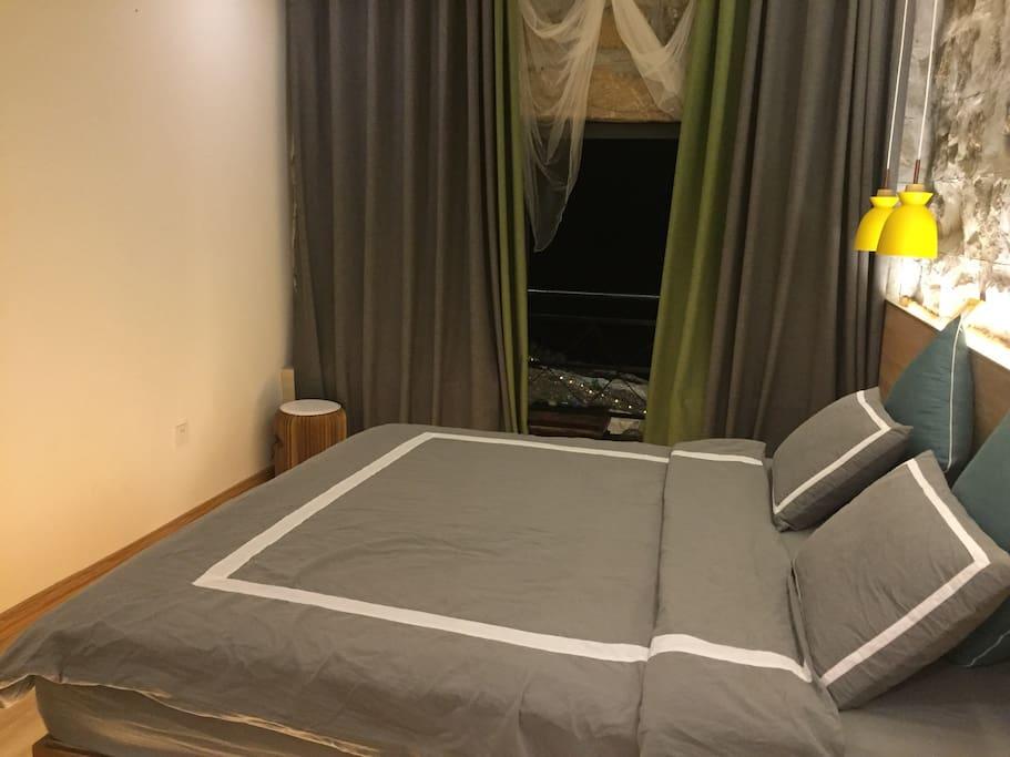 这是我们第一海景卧室,可以躺在床上看着日出听海声音