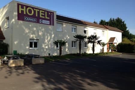 hotel avec 1 grande chambre de 28m2 - Sermoise-sur-Loire