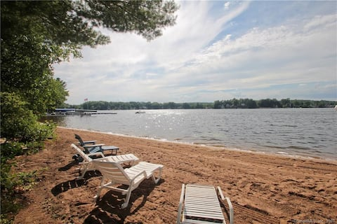 The Congamond Cottages: Private Lakefront Cottage