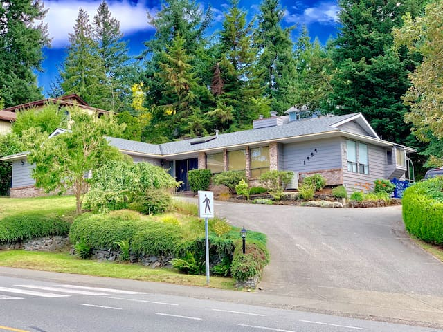 Large Master Suite Near Town and Maple Bay Airport