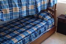 la cama nido se encuentra bajo la litera