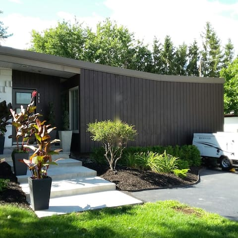 Gorgeous 1960 modern house 12 min downtown - La Prairie - Hus