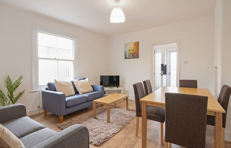 Spacious 3bed flat in Clapham South, 1 min to tube