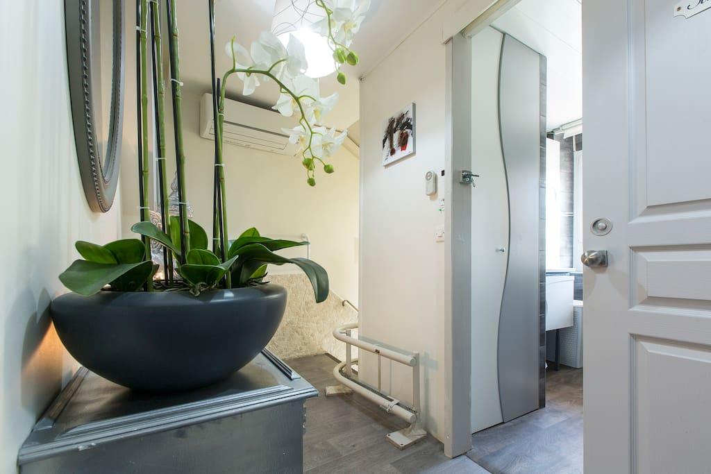 chambre et pdj c t du lac chambres d 39 h tes louer aix les bains france. Black Bedroom Furniture Sets. Home Design Ideas