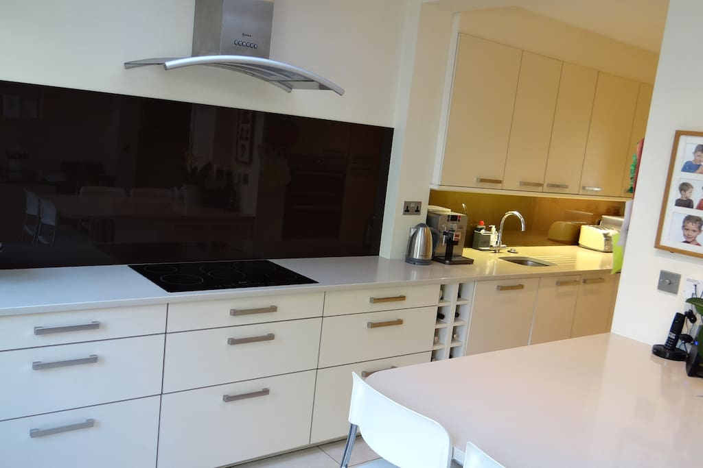 Fully equipped Kitchen & Breakfast Bar / Table for 4 people