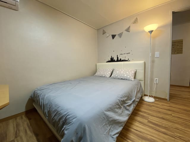 2mins from Hongdae Stn. 6exit, Yongs House Room A