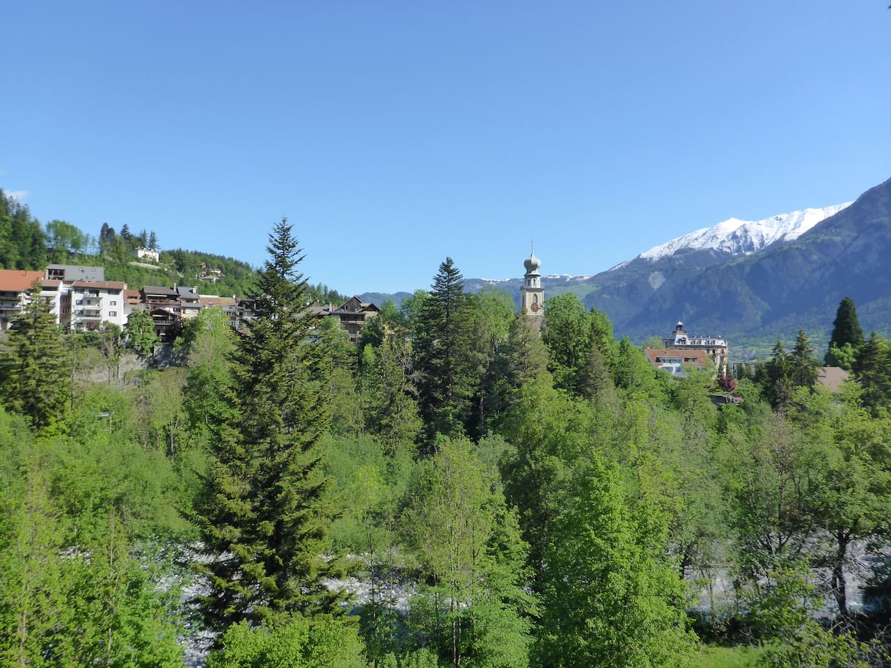 Wunderbare Aussicht vom Zimmer aus ins Grüne und in die Berge