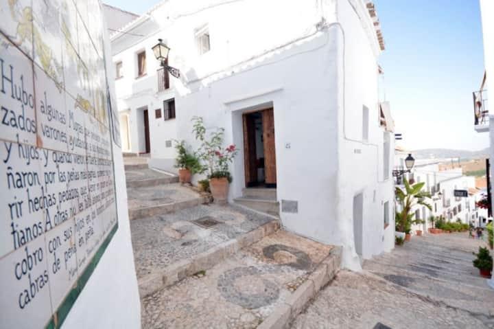 casa authentique dans beau village blanc Andalou