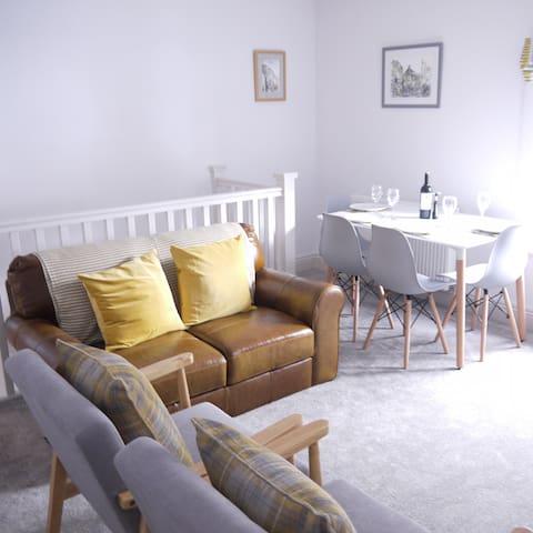 Cosy 2 Bedroom Flat overlooking Grassington Square