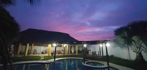 Magnifique villa avec une piscine et un jacuzzi