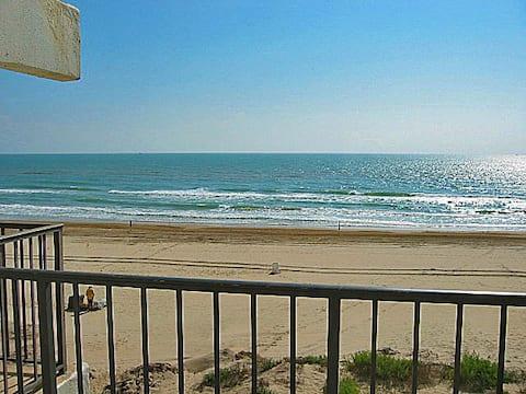 Charming little beachfront 1 bedroom w/ big view