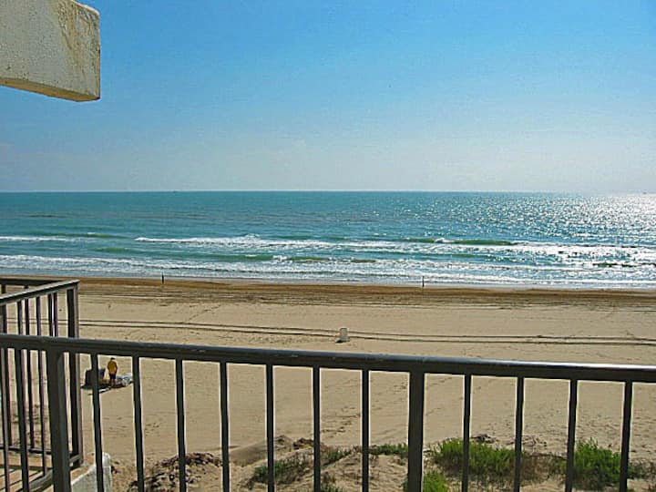 Charming little beachfront 1 bedroom w/ big view