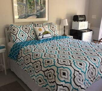Separate guest cottage with patio - St. Augustine - Bed & Breakfast